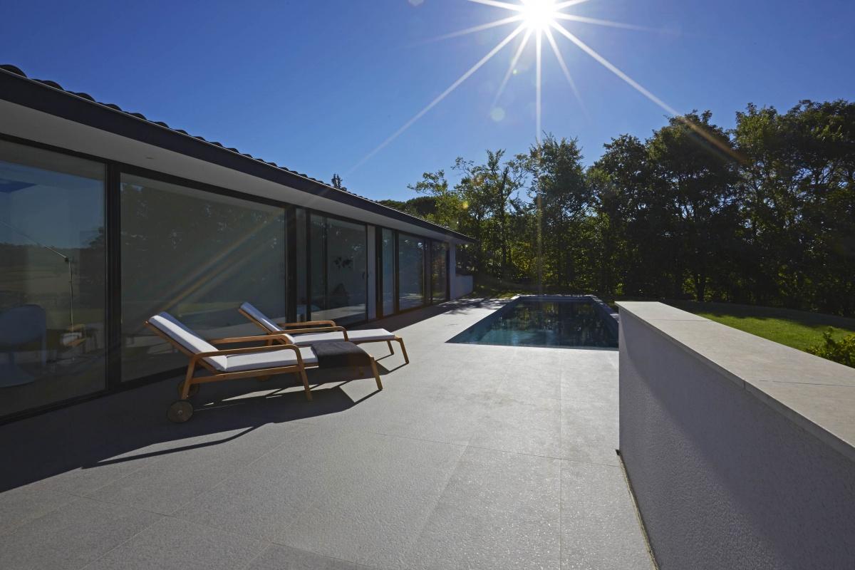 Villa VUA : atelier-cc-architecte-toulouse-maison-coteaux-moderne-contemporaine-terrasse-baie-vitree-transat-piscine
