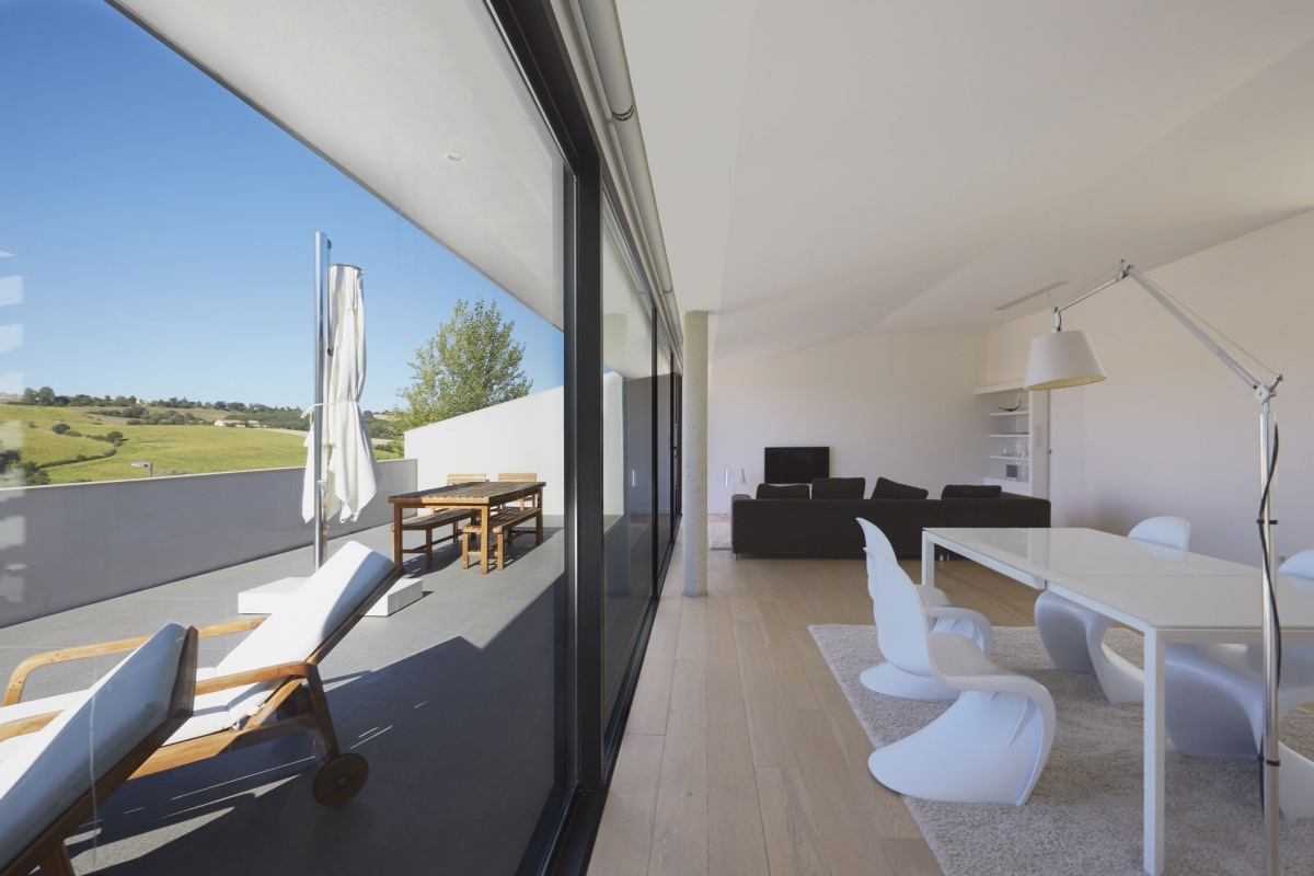 Villa VUA : atelier-cc-architecte-toulouse-maison-coteaux-moderne-contemporaine-salon-terrasse-baie-vitree-transat-parquet