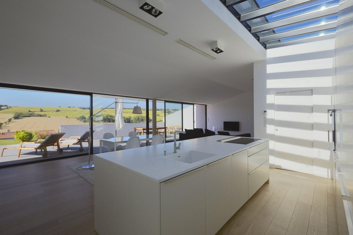Villa VUA : atelier-cc-architecte-toulouse-maison-coteaux-moderne-contemporaine-terrasse-baie-vitree-cuisine-corian-verriere-ilot