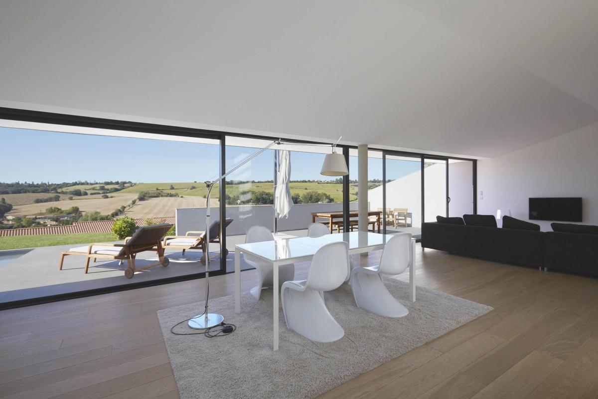 Villa VUA : atelier-cc-architecte-toulouse-maison-coteaux-moderne-contemporaine-baie-vitree-deco-parquet-design-panton