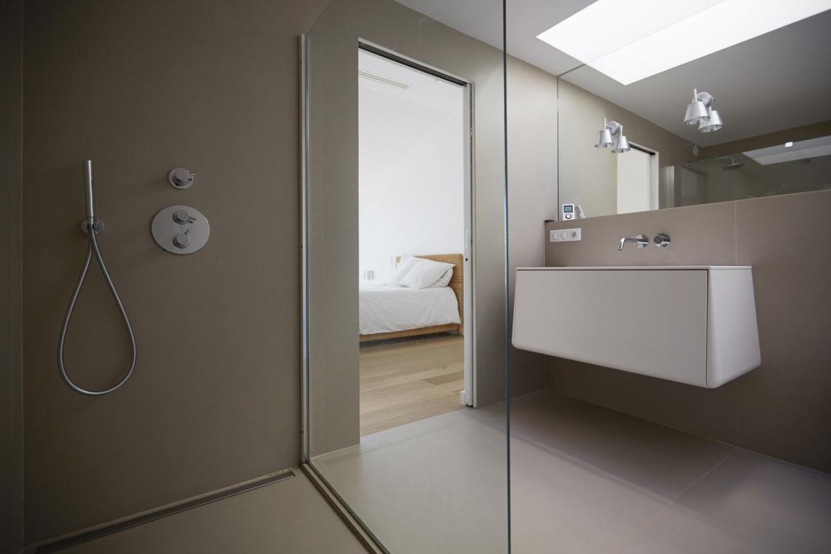 Villa VUA : atelier-cc-architecte-toulouse-maison-coteaux-moderne-contemporaine-salle-de-bains-grands-carreaux-douche-italienne-lumiere-vaque-corian-design