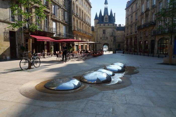 Fontaine Place du Palais : Porte