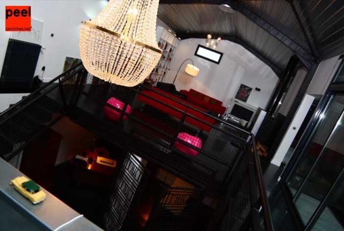 Loft Noir et Blanc : de la cuisine vers la trémie et le salon