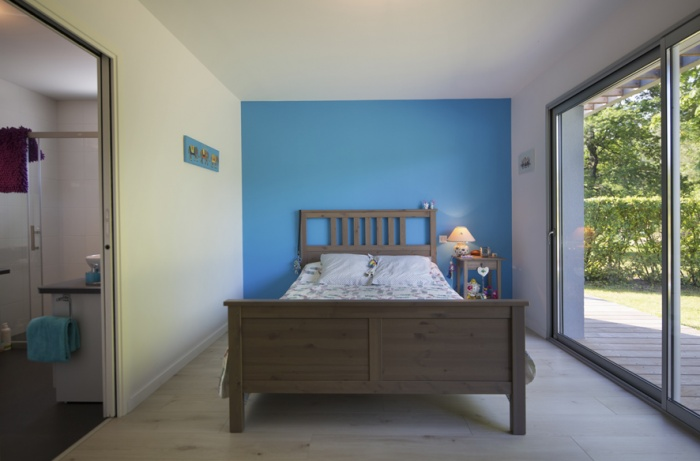 Extension d'une maison d'habitation et aménagements extérieurs : chambre créée