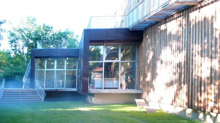 Réhabilitation des thermes d'Encausse en lieu de résidence pour les arts publics : 07Façade atelier